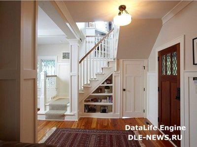 Как задействовать полезное пространство под лестницей?