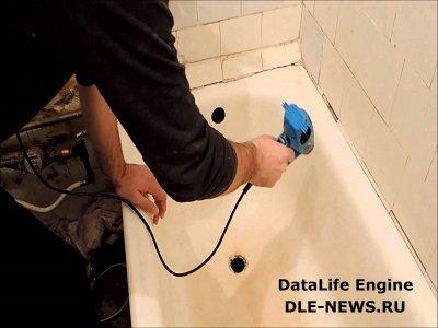 Как заделать расщелину между ванной и стеной?