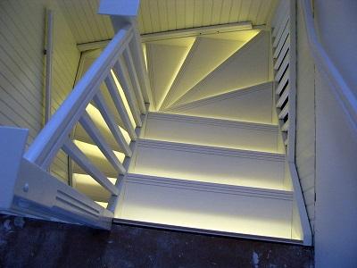 Подсветка ступеней комнатной лестницы