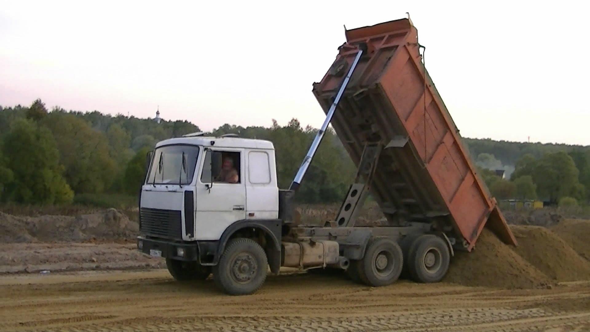 Самосвал МАЗ-5516 в работе