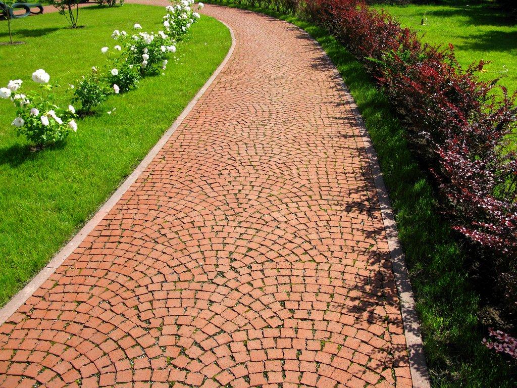 Дорожки в саду из тротуарной плитки своими руками