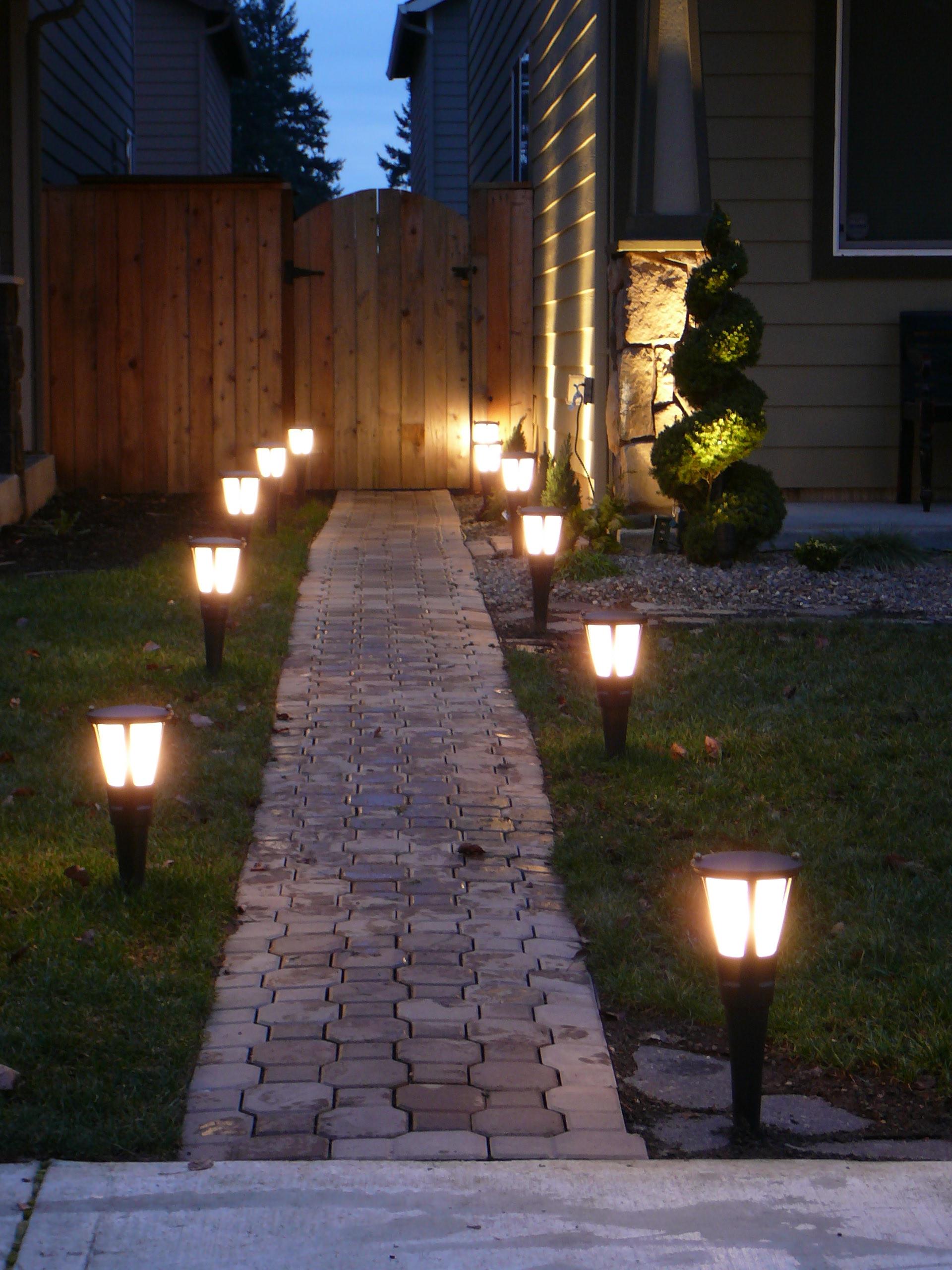 Устанавливаем фонари перед домом