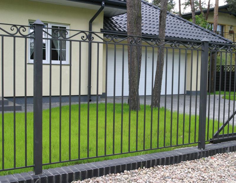 Окрашиваем металлический забор