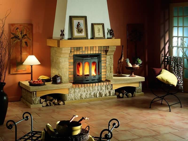 В чем достоинства камина в доме?